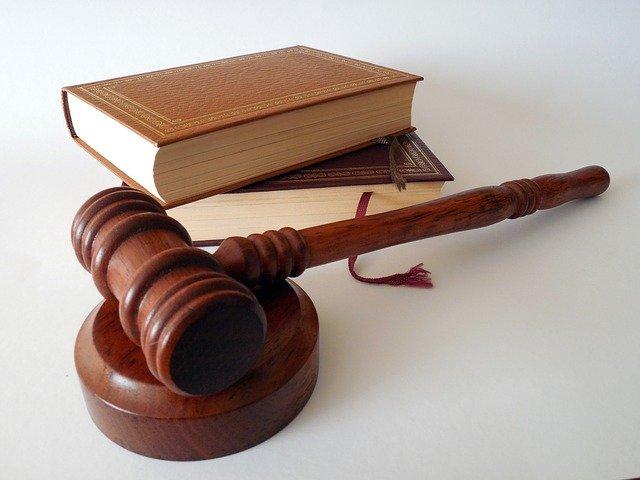 Hoe verhoudt de wet zich tot het uitlezen van de tachograaf, de chauffeurspas en opslag.
